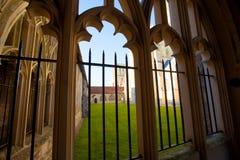 Välvda fönster och borggård Royaltyfri Bild