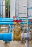 A válvula da água conecta ao tanque de aço inoxidável Foto de Stock