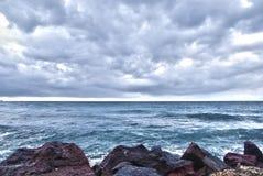 Vlychada海滩和vulcanic石头 免版税图库摄影