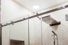 VMetalstructuur van de hogere bevestigingsmiddelen en de rollen voor de glijdende glasdeur in de douche stock afbeeldingen