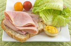 vänd mot öppen smörgås för skinka Arkivfoto
