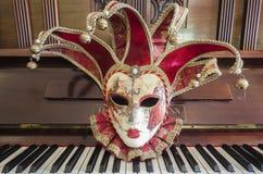 Vända mot maskerar pianobalsaldans Arkivbilder