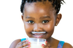 Vända mot skottet av den söta afrikanska flickan med mjölkar mustaschen Fotografering för Bildbyråer