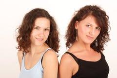 vänder lyckliga kvinnor mot Royaltyfri Foto
