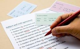 Övning för engelsk grammatik på tabellen Arkivfoton