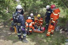 Övningsräddningsaktionenheter Utbildande räddningsaktionfolk i oåtkomlig terräng Arkivbild