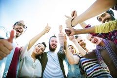 Vänkamratskap gillar tummar upp samhörighetskänslagyckelbegrepp Arkivbild