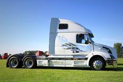 在显示的白色富豪集团VNL 64T 670卡车拖拉机 库存照片