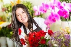 Kinesisk Saleswoman i en blomsterhandel Royaltyfria Foton