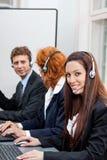 Vänlig callcentermedeloperatör med hörlurar med mikrofontelefonen Royaltyfri Fotografi