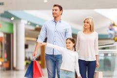 Vänlig familj som går runt om shoppinggalleria Arkivfoto