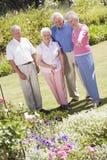 vänner arbeta i trädgården grupppensionären Royaltyfria Bilder