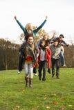vänner grupperar att ha på ryggen rider tonårs- Arkivbilder