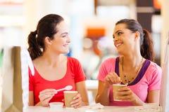 Vänner i cafe Royaltyfri Bild
