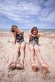 Vänner på stranden i sommarsolen Royaltyfri Fotografi