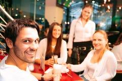 Vänner som har gyckel på ett kafé Royaltyfria Foton