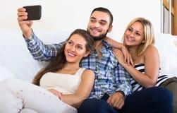 Vänner som hemma gör selfie Fotografering för Bildbyråer