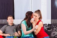 Vänner som håller ögonen på en ledsen film i TV Arkivbild