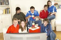 Vänner som håller ögonen på fotbollsmatchen Royaltyfri Foto