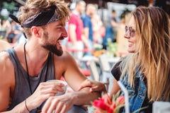Vänner som skrattar i ett kafé Fotografering för Bildbyråer