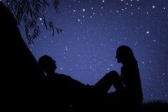 Vänner under natthimmel Arkivbild