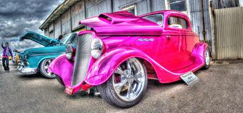 风俗被绘的桃红色vntage旧车改装的高速马力汽车 免版税库存图片