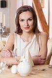 Väntande på man för kvinna i restaurang Arkivfoto
