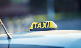 Väntande passagerare för taxibil i stad Taxiljus på taxin av bilen som är klar att transportera passagerarna Fotografering för Bildbyråer
