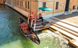 Väntande turister för Gondolier på kanalen Royaltyfri Bild