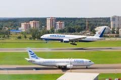 VNUKOVO MOSKVAREGION, RYSSLAND - 18 Augusti, 2017: Flygplan i Vnukovo den internationella flygplatsen Orenair flygbolag Boeing royaltyfri bild