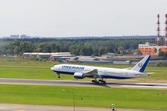 VNUKOVO MOSKVAREGION, RYSSLAND - 18 Augusti, 2017: Flygplan i Vnukovo den internationella flygplatsen Orenair flygbolag Boeing royaltyfria bilder