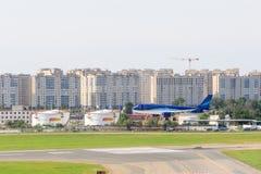 VNUKOVO MOSKVAREGION, RYSSLAND - 12 Augusti, 2017: Flygplan på Vnukovo den internationella flygplatsen Azerbaidjan flygbolag Arkivbild