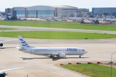 VNUKOVO MOSKVAREGION, RYSSLAND - 18 Augusti, 2017: Flygplan på Vnukovo den internationella flygplatsen Ellinair flygbolag A319 arkivfoton
