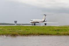 VNUKOVO MOSKVAREGION, RYSSLAND - 02 Juli, 2017: Flygplan på Vnukovo den internationella flygplatsen MeridianflygbolagTupolev TU royaltyfria foton