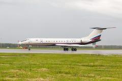 VNUKOVO MOSKVAREGION, RYSSLAND - 02 Juli, 2017: Flygplan på Vnukovo den internationella flygplatsen MeridianflygbolagTupolev TU royaltyfri foto