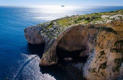 Voûte bleue de grotte sur l'île de Malte et le Filfla, la mer Méditerranée photo libre de droits