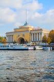 Voûte d'Amirauté sur le quai de la rivière de Neva à St Petersburg, Russie - point de repère d'architecture de St Petersburg Images libres de droits