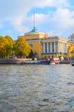 Voûte d'Amirauté sur le quai de la rivière de Neva à St Petersburg, Russie - point de repère d'architecture de St Petersbourg Photos libres de droits
