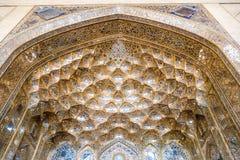 Voûte d'or décorative de muqarnas avec le travail de miroir à l'entrée du palais de Chehel Sotoun photos stock