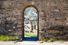 Voûte dans le mur en pierre médiéval Image stock