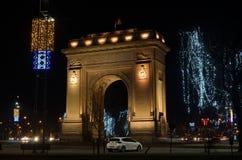 Voûte de Bucarest de Triumph pendant la nuit et les lumières de Noël image libre de droits