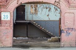 Voûte de l'entrée à la cour sur la rue de Proletarskaya Images stock