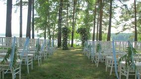 Voûte de mariage avec la décoration d'été Balancement de feuilles et de fleurs dans le vent Les fleurs blanches et doucement des  banque de vidéos