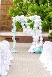 Voûte de mariage des fleurs blanches Photographie stock