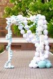 Voûte de mariage des fleurs blanches Photo libre de droits