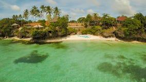 Voûte de mariage sur la plage Cérémonie de mariage de sortie Vue aérienne d'île de côte de Bohol aérien philippines photographie stock