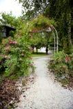 Voûte de roses dans le jardin Photo stock