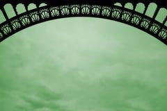 Voûte de Tour Eiffel sur le nuage vert images stock