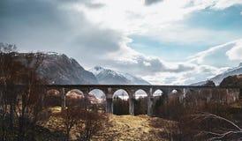 Voûte de viaduc de Glenfinnan, montagnes, Ecosse, Royaume-Uni Photos libres de droits