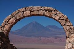 Voûte en pierre devant un volcan au Chili Images libres de droits